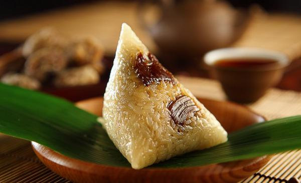 (Eating Zongzi 吃粽子 chī zóng zi)