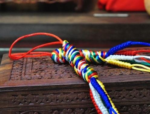 (Five-color silk tread五彩绳 wǔ cǎi sheng)